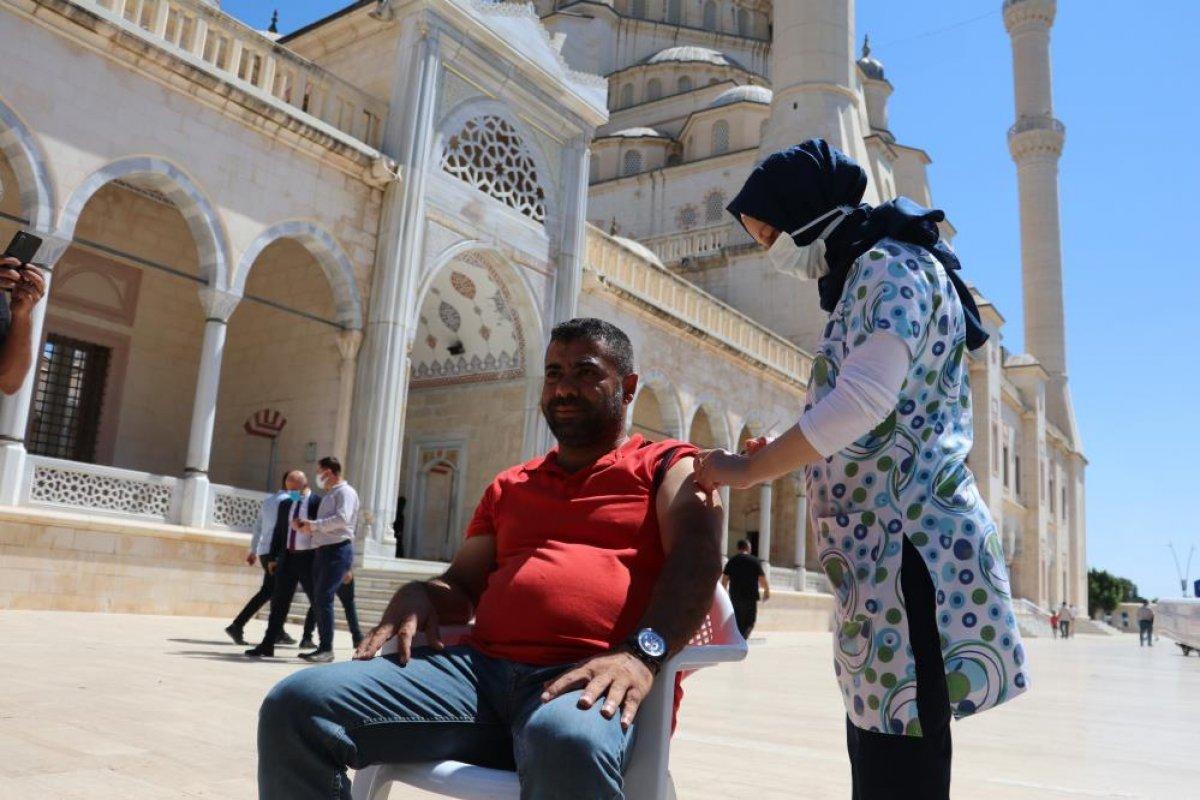 Adana da namazı sonrası, seyyar aşı standında aşılama yapıldı #6