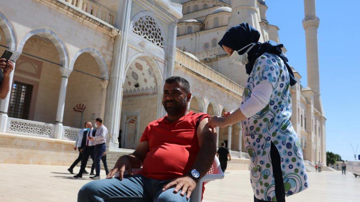 Adana'da namazı sonrası, seyyar aşı standında aşılama yapıldı