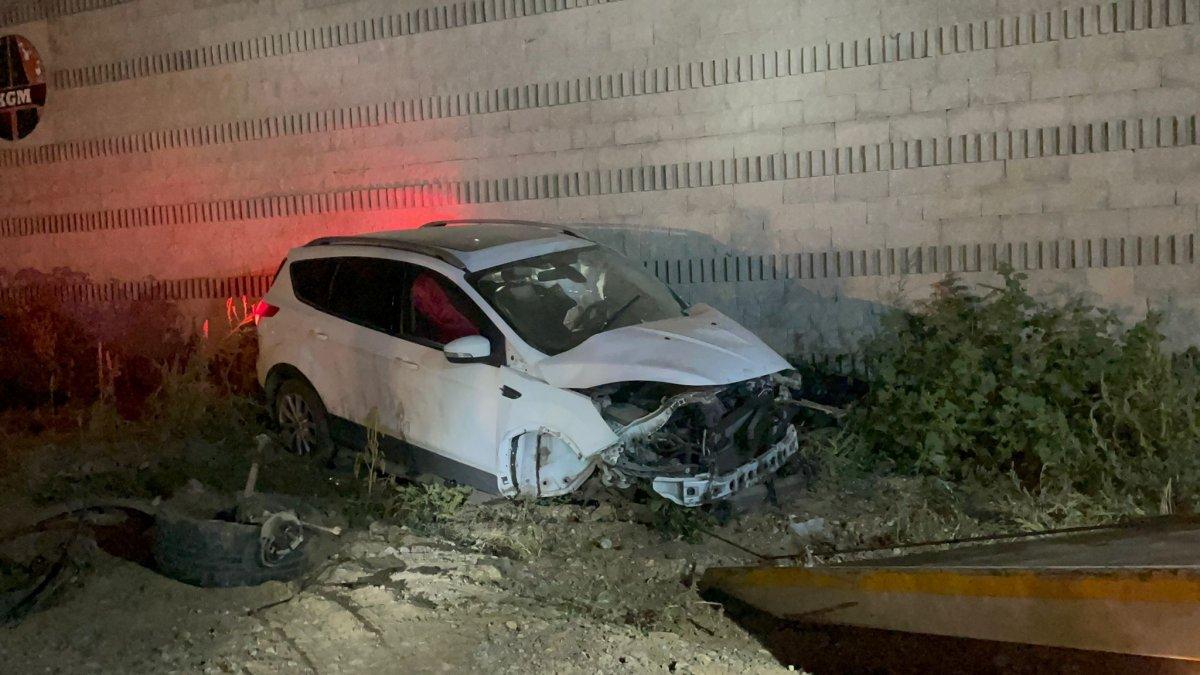 Bursa da ciple duvara çarpan sürücü olay yerinden kaçtı #1