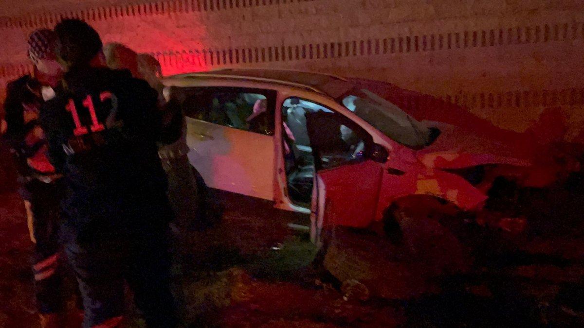 Bursa'da ciple duvara çarpan sürücü olay yerinden kaçtı