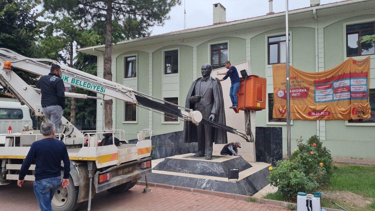 Bursa daki Atatürk heykeli, ekip çalışmasıyla temizlendi #1