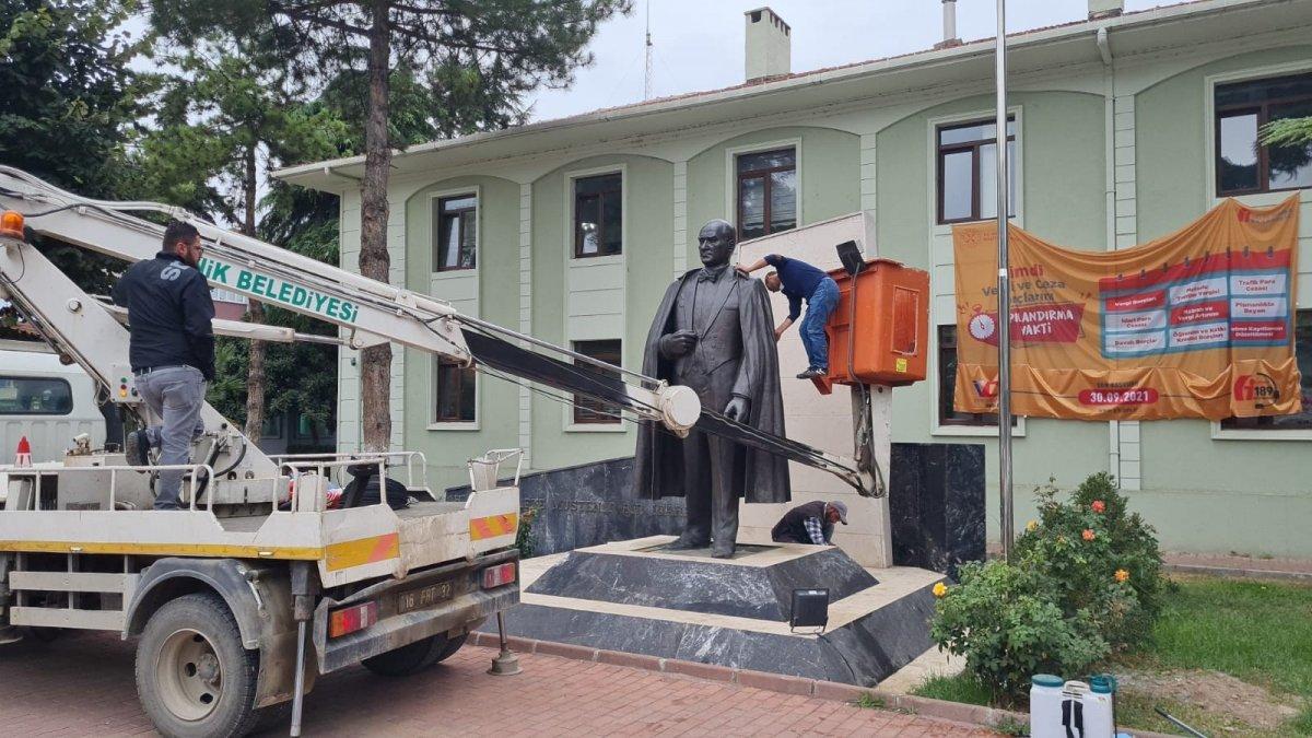 Bursa daki Atatürk heykeli, ekip çalışmasıyla temizlendi #2