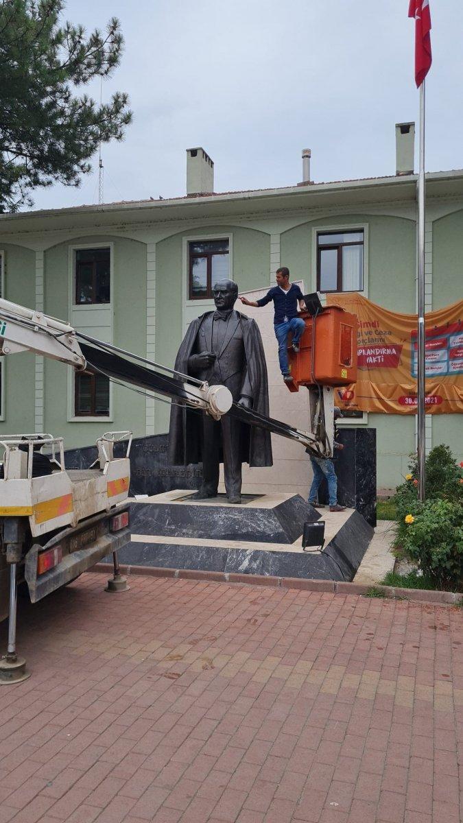 Bursa daki Atatürk heykeli, ekip çalışmasıyla temizlendi #3