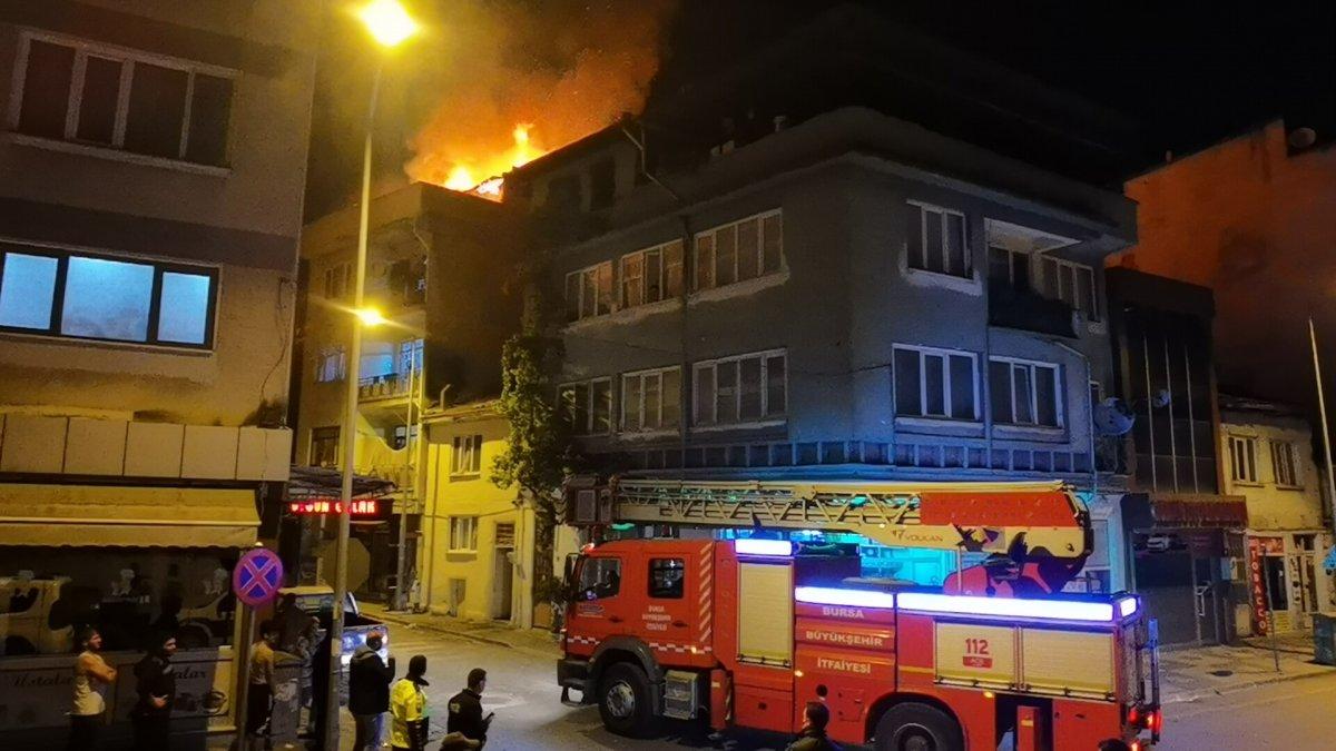 Bursa daki bir binanın çatı katındaki yangın korku dolu anlar yaşattı #2