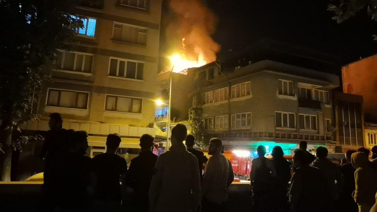 Bursa'daki bir binanın çatı katındaki yangın korku dolu anlar yaşattı