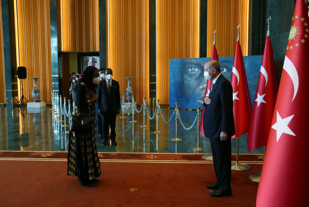 Cumhurbaşkanı Erdoğan, 30 Ağustos tebriklerini Mülteci Çocuk tablosu önünde kabul etti #1