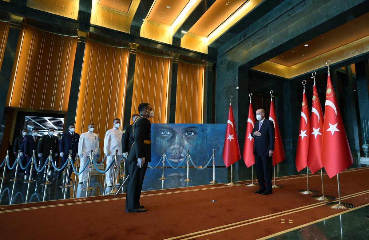Cumhurbaşkanı Erdoğan, 30 Ağustos tebriklerini Mülteci Çocuk tablosu önünde kabul etti #2
