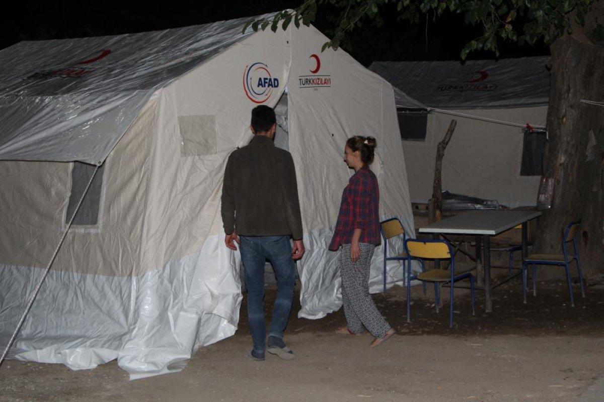 Denizli de yaşanan depremden etkilenen ev sahipleri, çadıra yerleştirildi #4