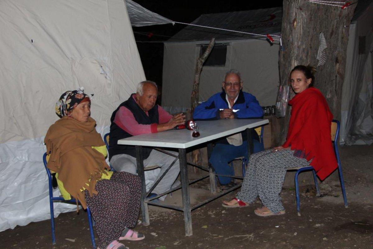 Denizli de yaşanan depremden etkilenen ev sahipleri, çadıra yerleştirildi #5