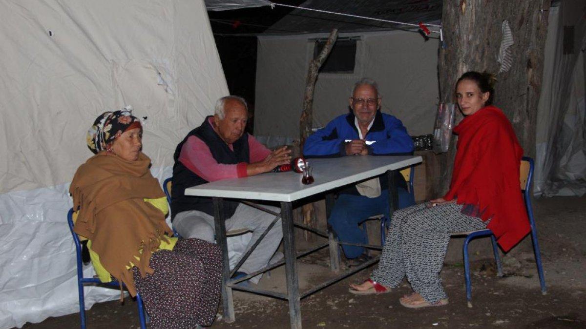 Denizli'de yaşanan depremden etkilenen ev sahipleri, çadıra yerleştirildi