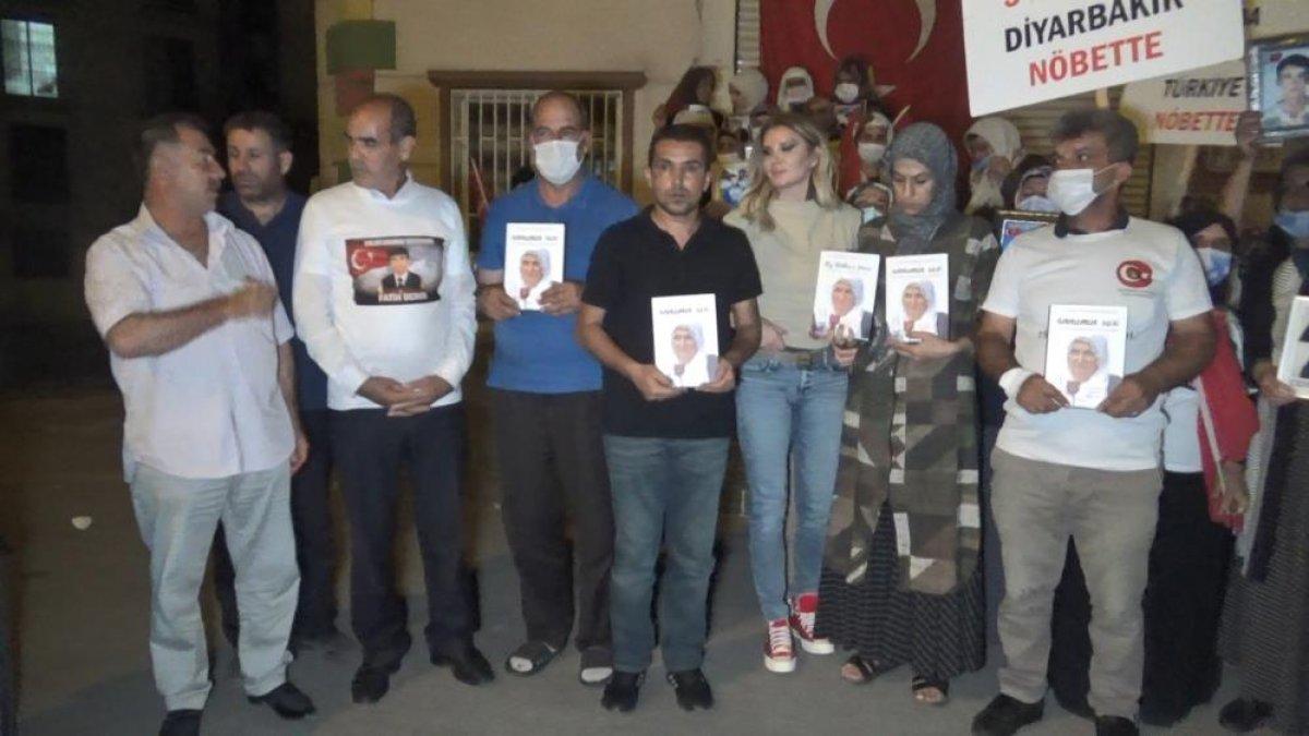 Diyarbakır da evlat nöbetindeki aileler, HDP binasına Türk bayrağı astı #3