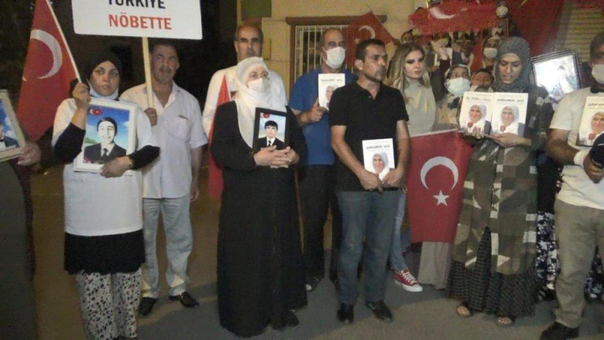 Diyarbakır da evlat nöbetindeki aileler, HDP binasına Türk bayrağı astı #4