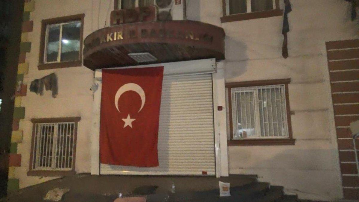 Diyarbakır da evlat nöbetindeki aileler, HDP binasına Türk bayrağı astı #5