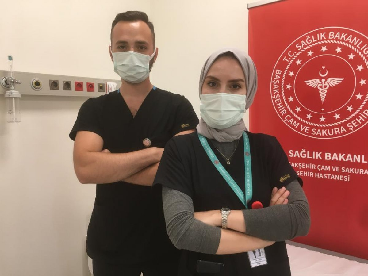 Düğünlerini yapamayan çift, birlikte aşı çalışmalarına katıldı #1