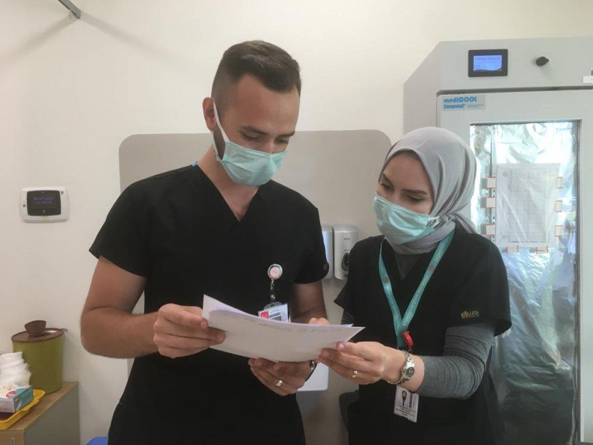 Düğünlerini yapamayan çift, birlikte aşı çalışmalarına katıldı #2