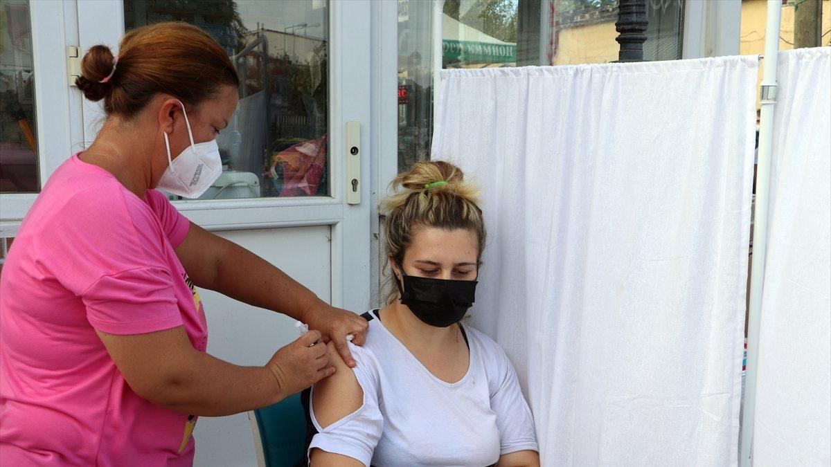Edirne'de, Ulus Pazarı girişinde aşı noktası kuruldu