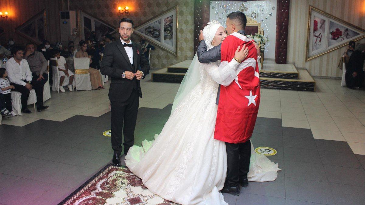 Erzurum'da, asker kardeş ablasının düğününe gelerek sürpriz yaptı