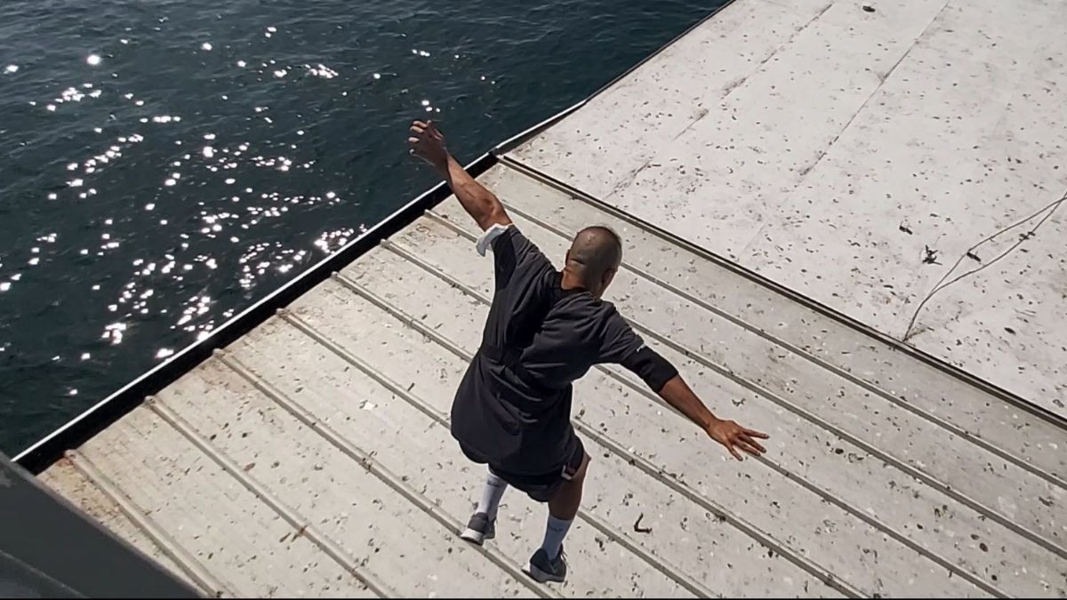 Galata Köprüsü'nden gemiye atlayan genç
