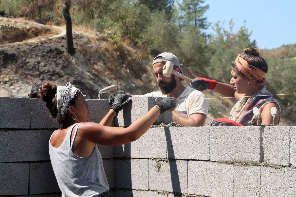 Gönüllüler, Manavgat yangını için duvar örüp inşaat yapıyor #2