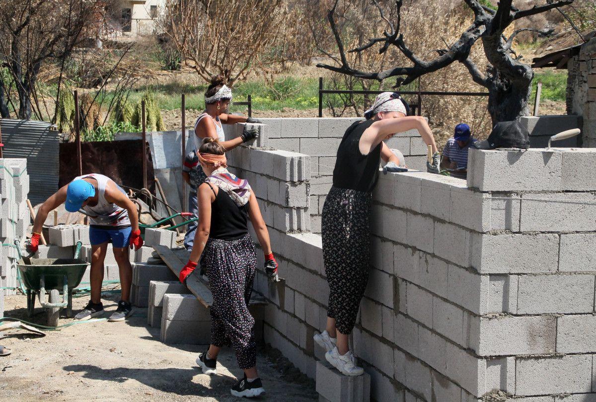 Gönüllüler, Manavgat yangını için duvar örüp inşaat yapıyor #6