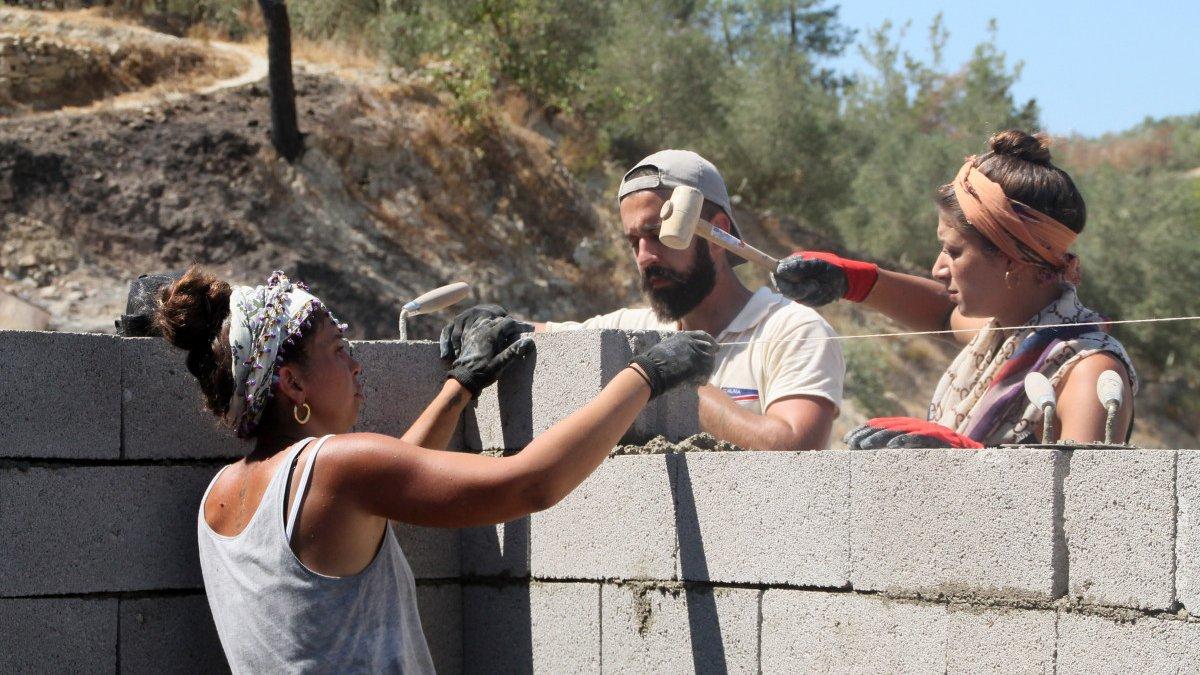 Gönüllüler, Manavgat yangını için duvar örüp inşaat yapıyor
