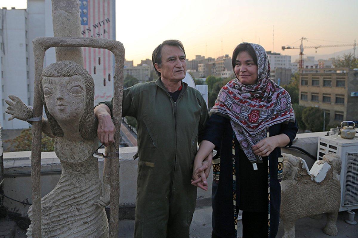 İran da kapıcı Afgan göçmen, topladığı çöpleri sanat eserine dönüştürüyor #2