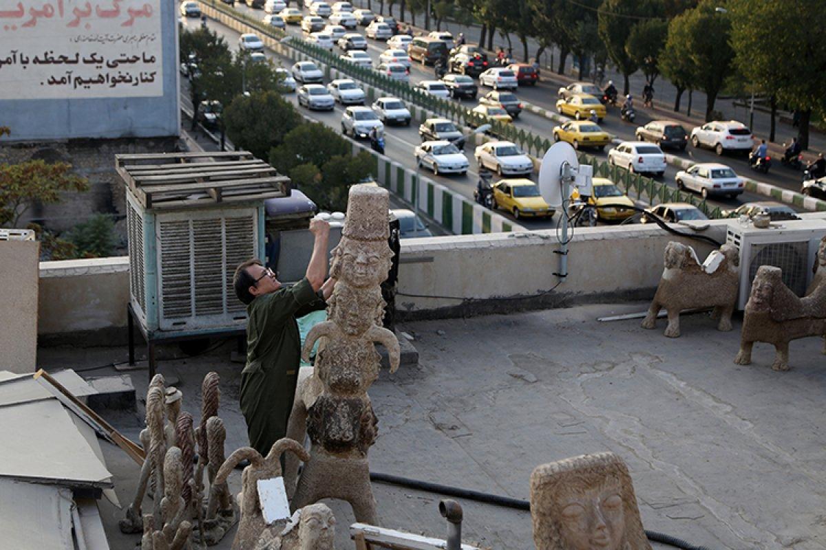 İran da kapıcı Afgan göçmen, topladığı çöpleri sanat eserine dönüştürüyor #4