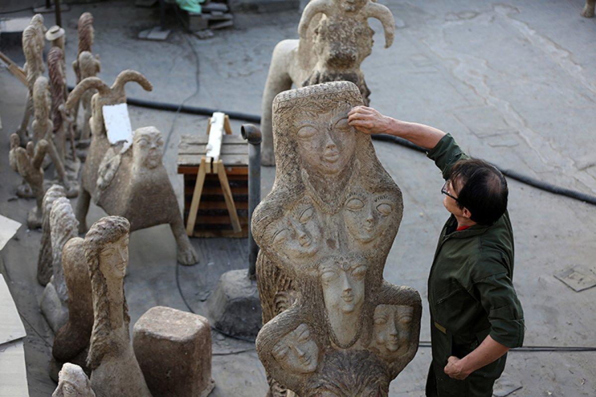 İran da kapıcı Afgan göçmen, topladığı çöpleri sanat eserine dönüştürüyor #5