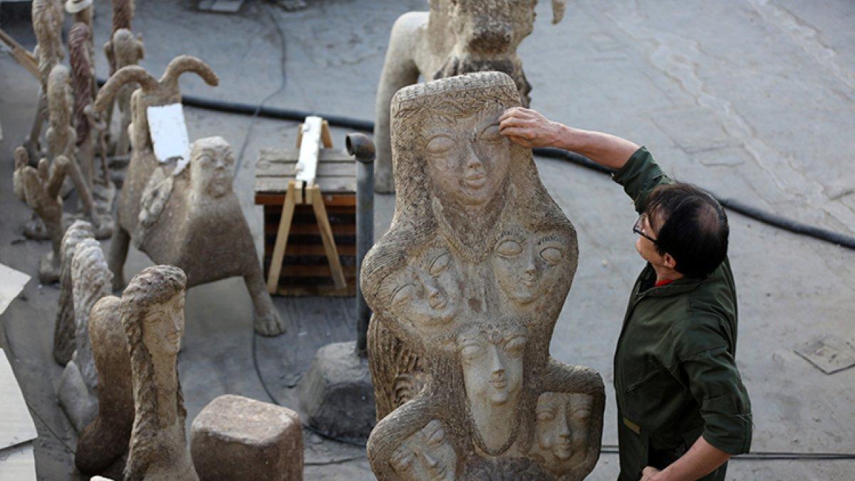 İran'da kapıcı Afgan göçmen, topladığı çöpleri sanat eserine dönüştürüyor