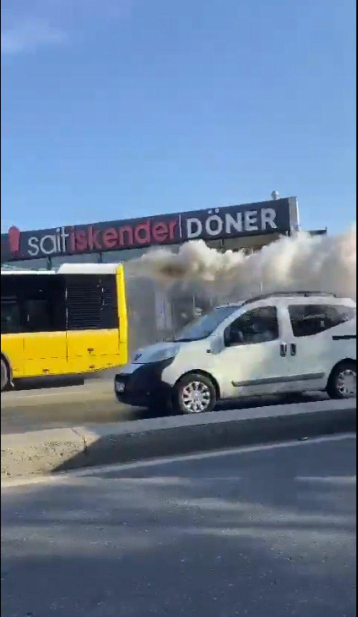 İstanbul da arızalanan İETT, dumanlar çıkararak yoluna devam etti #1