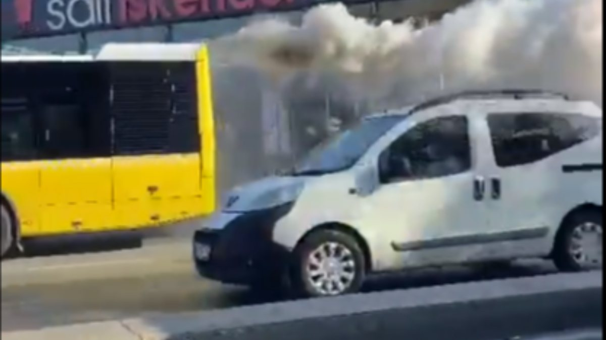 İstanbul'da arızalanan İETT, dumanlar çıkararak yoluna devam etti