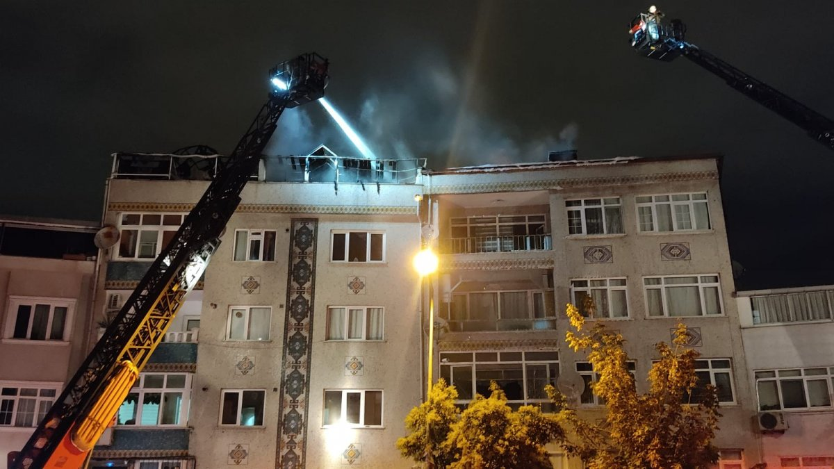 İstanbul'da bir binanın çatı katı küle döndü