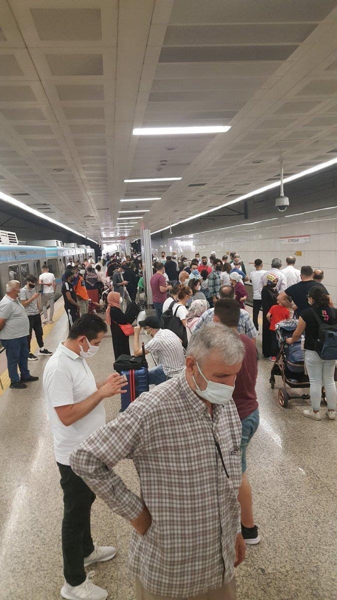 İstanbul da bozuk metro isyanı: Tren büyük olduğu için itemiyoruz #3