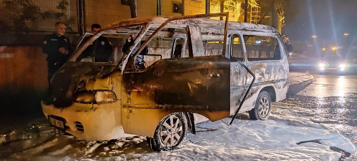 İstanbul da çalıntı kaydı olan minibüs park halindeyken yandı #2