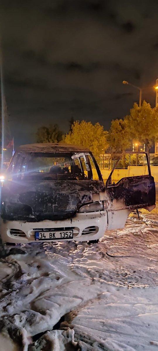 İstanbul da çalıntı kaydı olan minibüs park halindeyken yandı #3