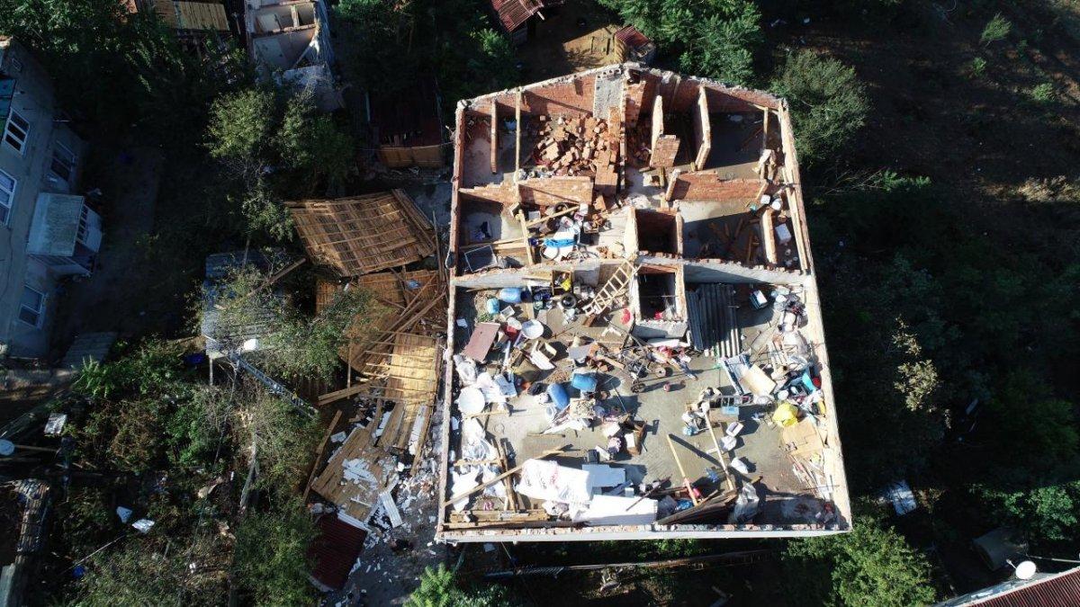 İstanbul da çıkan fırtına, Sultangazi deki evlerin çatısını uçurdu #2