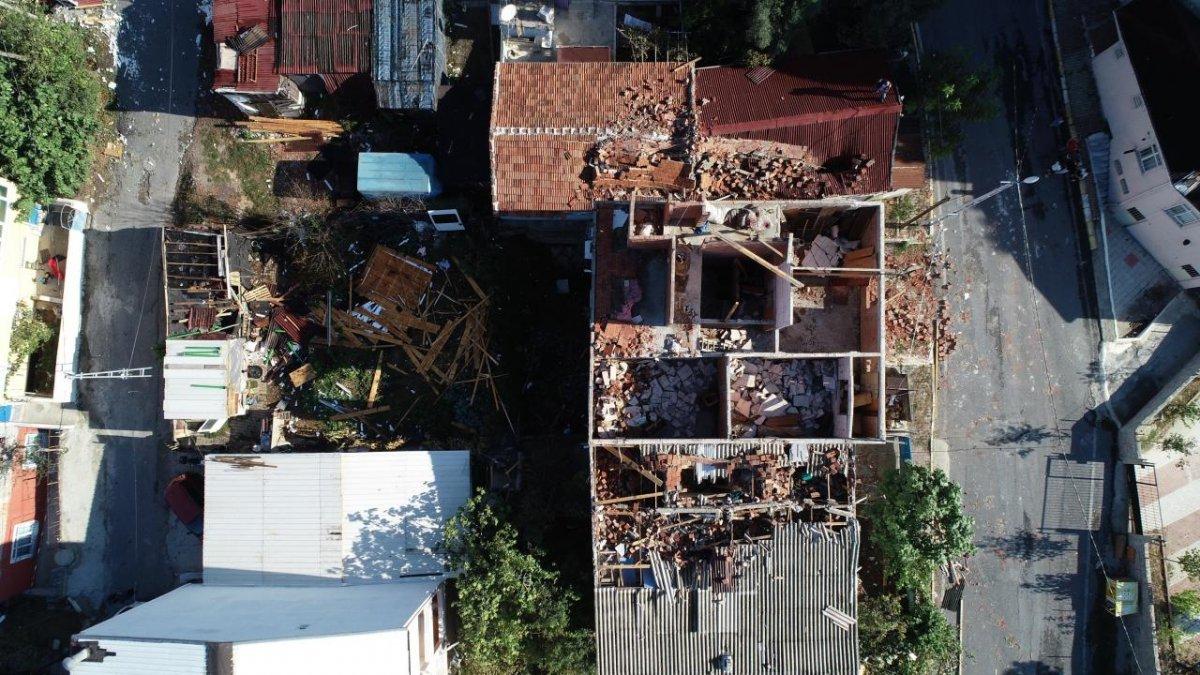 İstanbul da çıkan fırtına, Sultangazi deki evlerin çatısını uçurdu #5