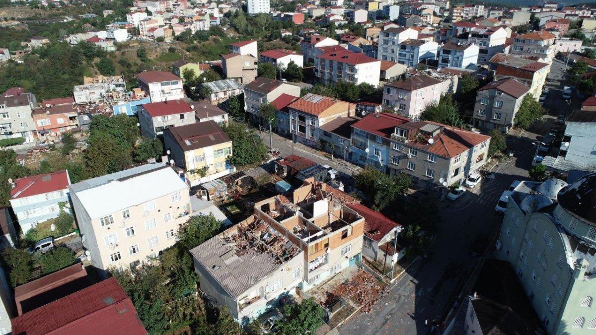 İstanbul da çıkan fırtına, Sultangazi deki evlerin çatısını uçurdu #6
