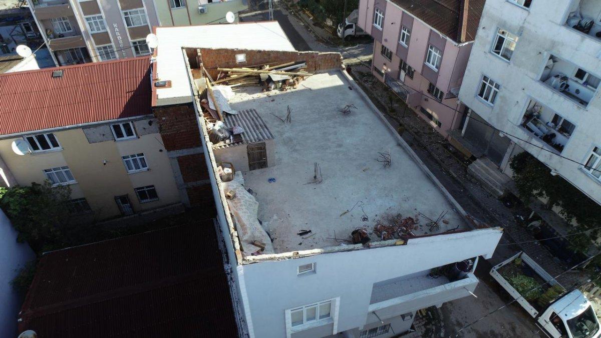 İstanbul da çıkan fırtına, Sultangazi deki evlerin çatısını uçurdu #7