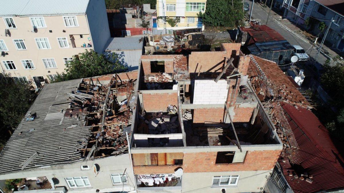 İstanbul'da çıkan fırtına, Sultangazi'deki evlerin çatısını uçurdu