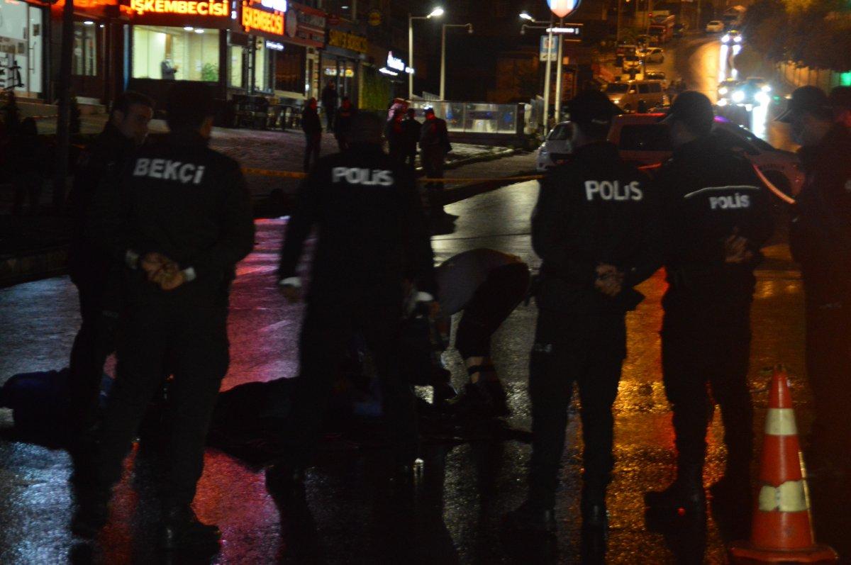 İstanbul da karşıdan karşıya geçenlere otomobil vurdu: 3 ölü #4