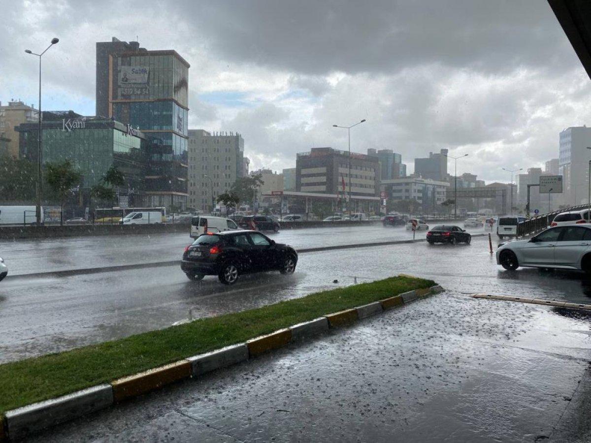 İstanbul'da sabah saatlerinde başlayan sağanak yağış, hayatı olumsuz etkiledi #1