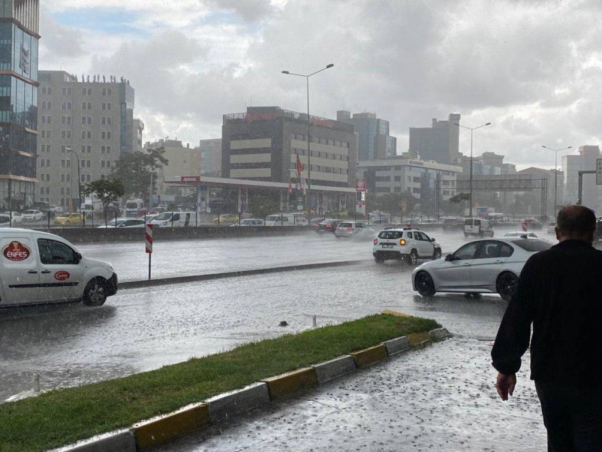 İstanbul'da sabah saatlerinde başlayan sağanak yağış, hayatı olumsuz etkiledi #2