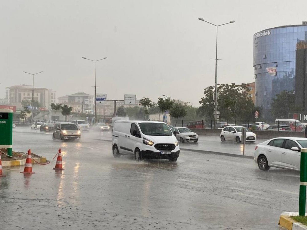 İstanbul'da sabah saatlerinde başlayan sağanak yağış, hayatı olumsuz etkiledi #3