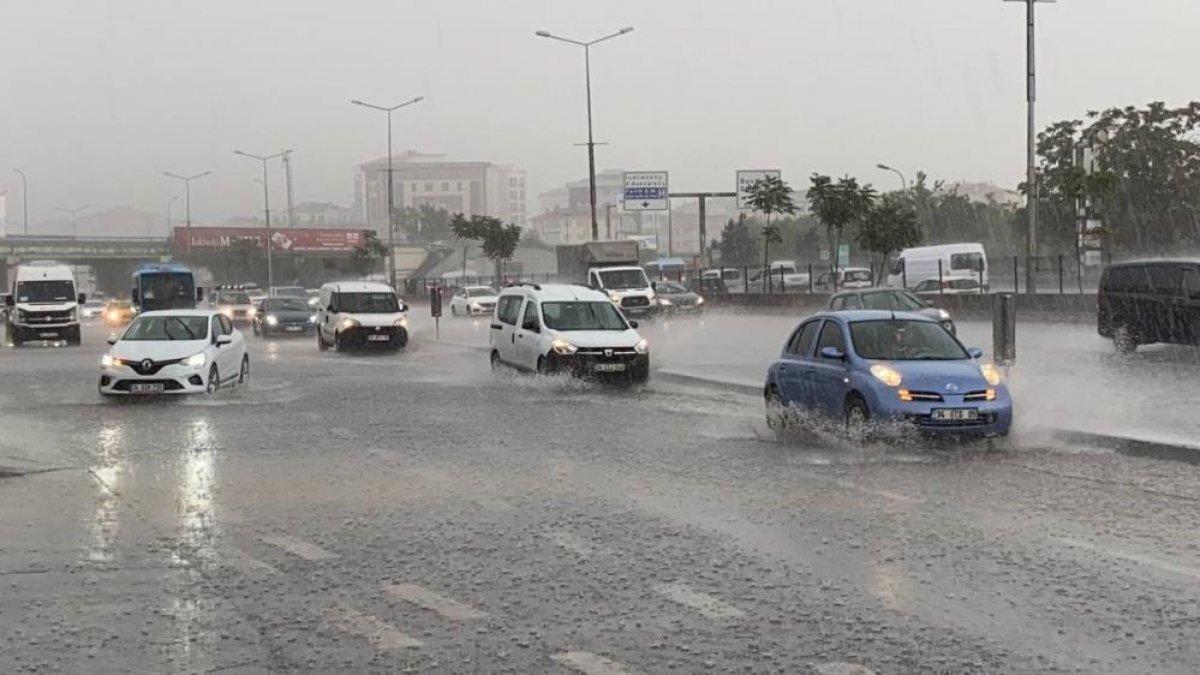 İstanbul'da sabah saatlerinde başlayan sağanak yağış, hayatı olumsuz etkiledi #4