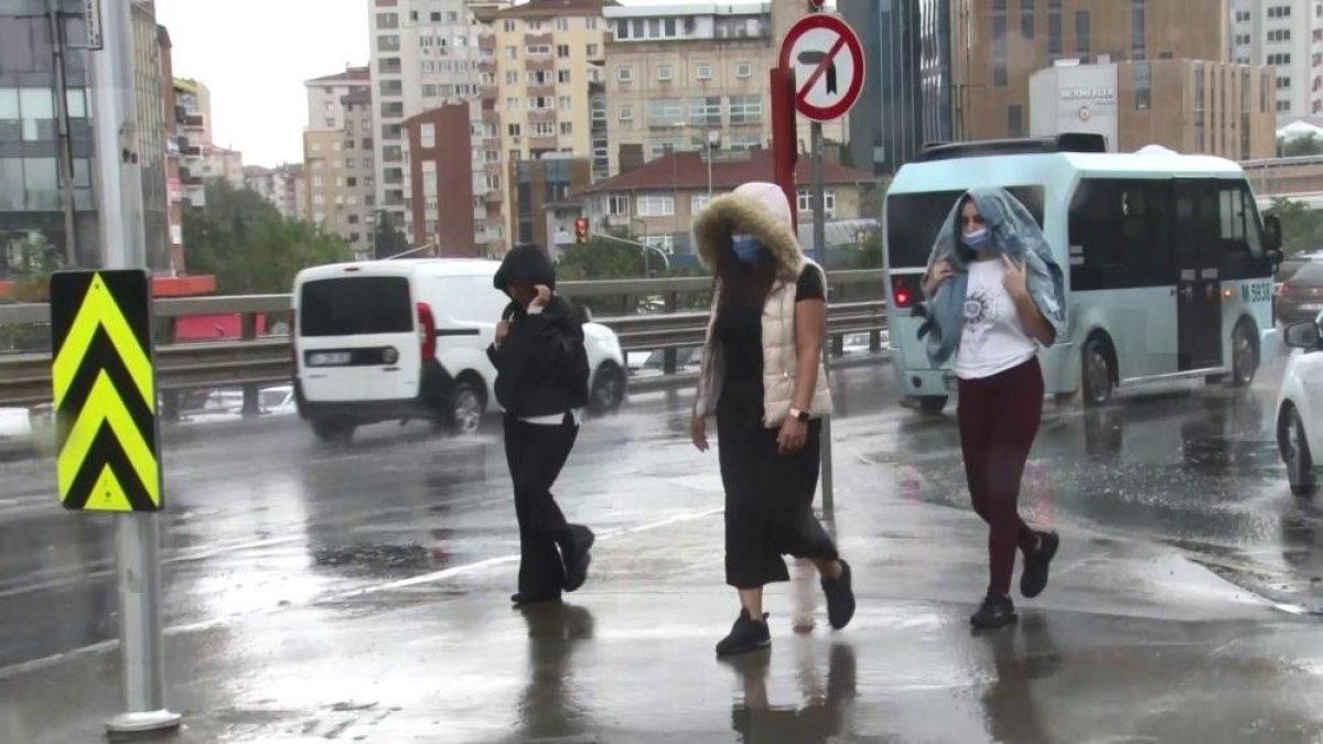 İstanbul'da sabah saatlerinde başlayan sağanak yağış, hayatı olumsuz etkiledi