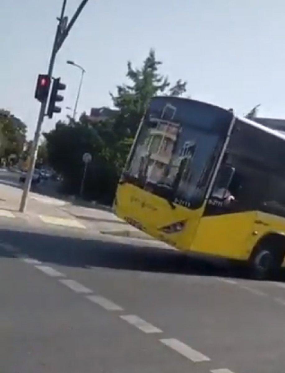 İstanbul da tekeri patlayan İETT otobüsü yola devam etti #1