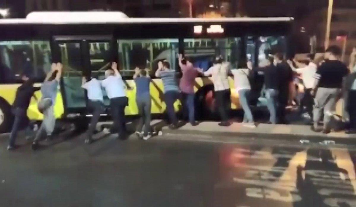 İstanbul Salacak ta bir İETT otobüsü daha yolda kaldı #2