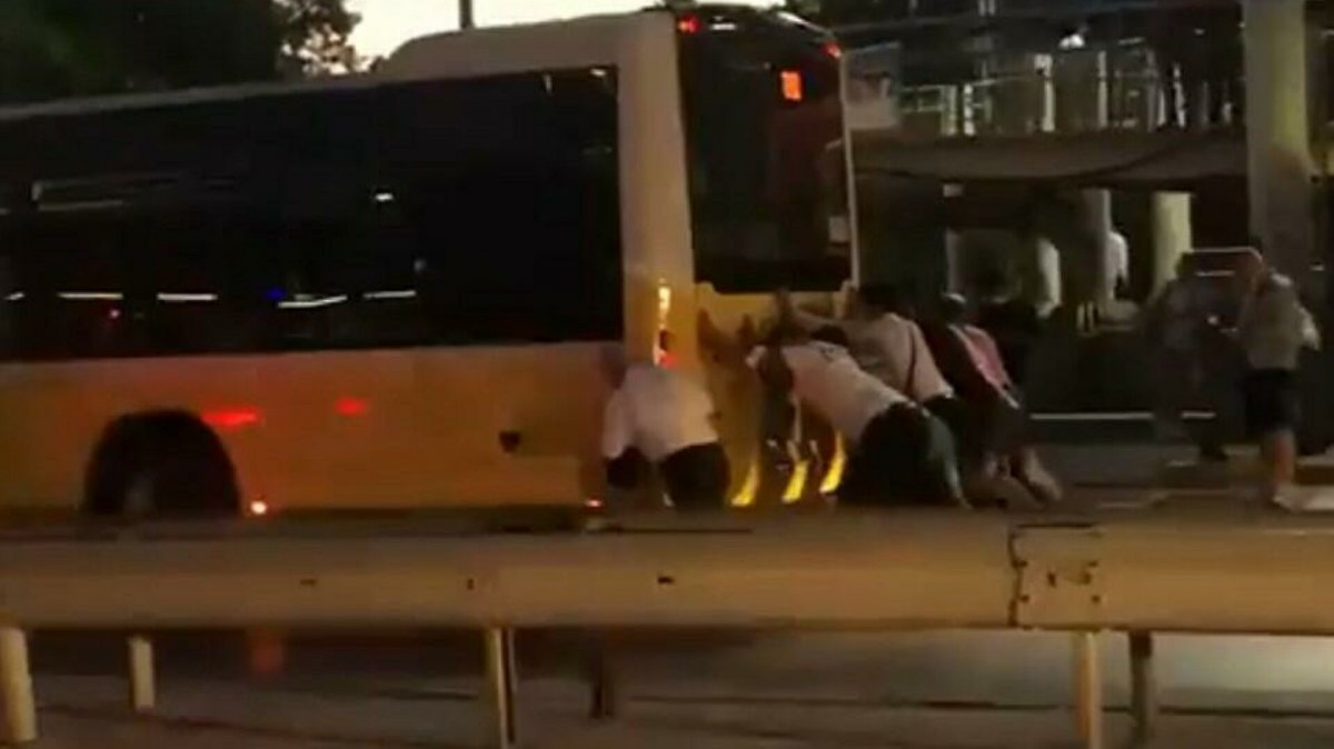 İstanbul Salacak ta bir İETT otobüsü daha yolda kaldı #4