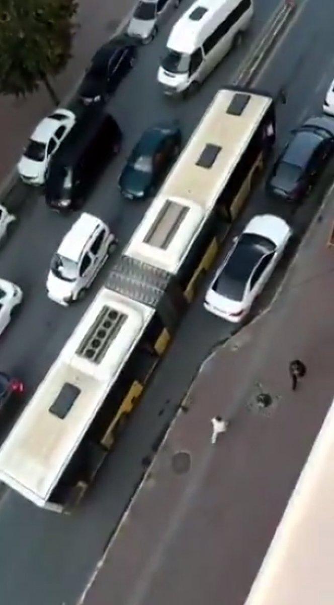 İstanbul Sultangazi de bozulan İETT trafiği kilitledi #1